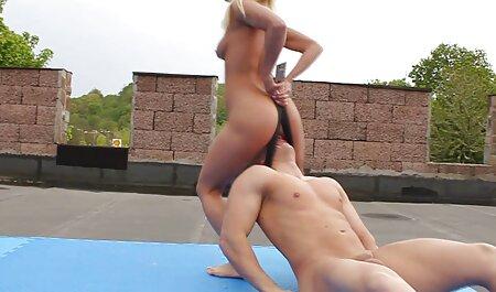 Bodybuilders traer peliculas pornograficas completas dos hombres y forced ellos a lamer la mande
